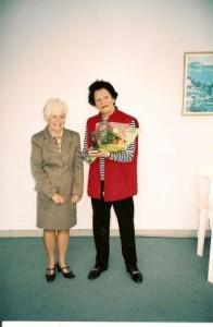 Odile vient d'offrir des fleurs à Michèle